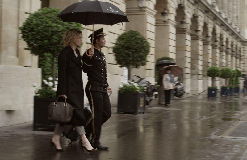 viaggio-sola-margherita-buy-sotto-la-pioggia-in-una-scena-del-film-269459