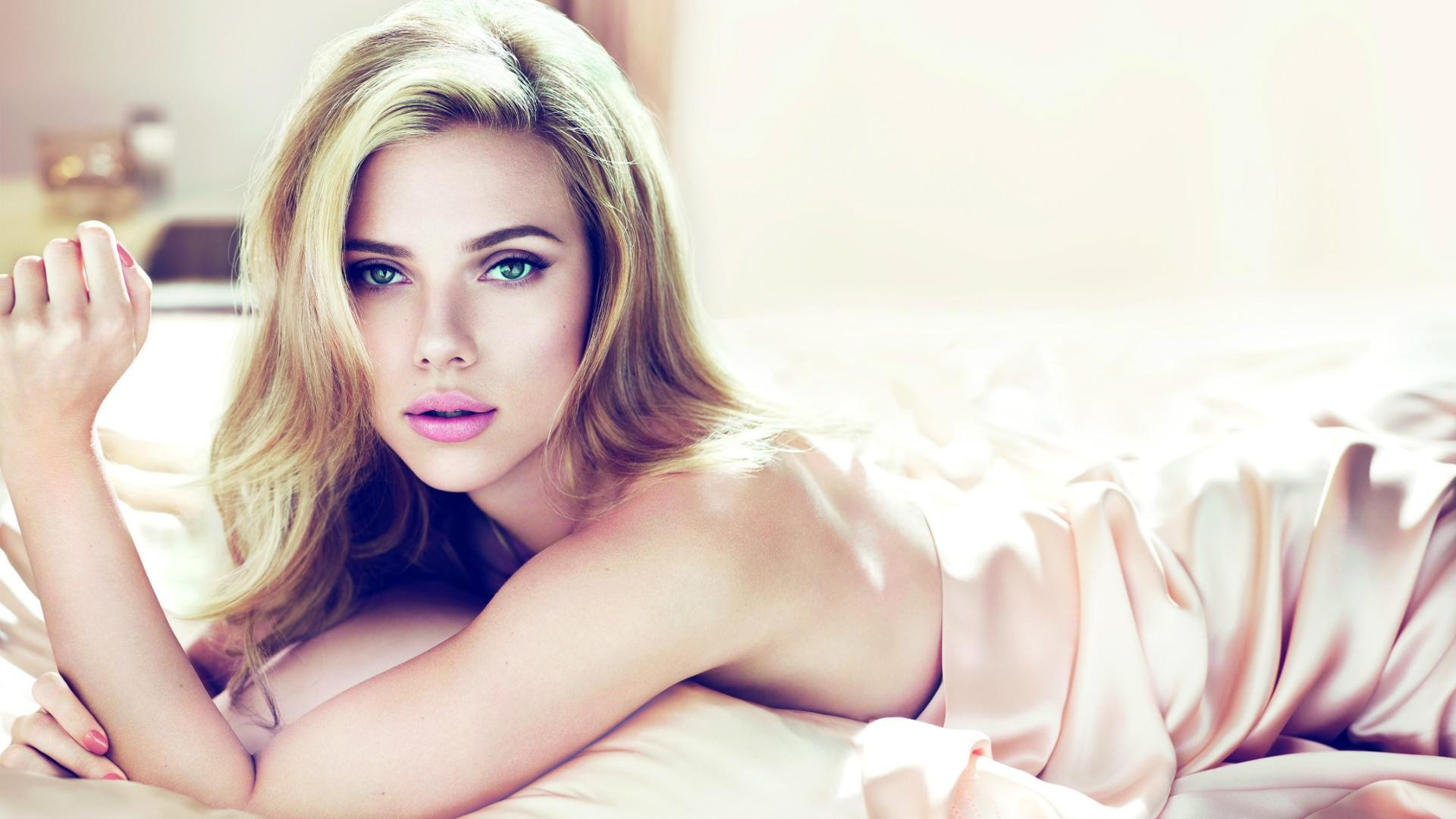 Scarlett-Johansson-Blue-Eyes-Full-HD-Wallpaper-2