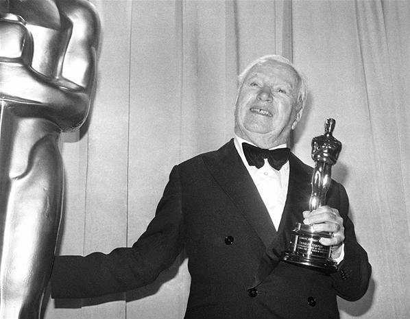 Chaplin con l'Oscar alla carriera