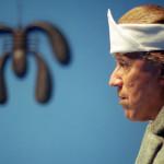 Geremia indossa spesso una fascia di cotone con patate, un antico rimedio contro il mal di testa