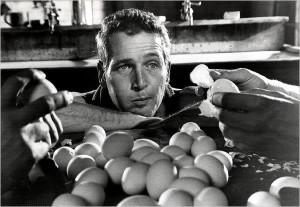 50 uova da mangiare in due ore, è la scommessa che Nick, senza curarsene, decide di giocare, mettendo a dura prova il suo stomaco ma che dimostrerà il carattere instancabilmente combattivo di Nick/Luke. Una scena di enorme importanza, ma che nella versione italiana è stata completamente tagliata.