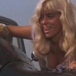 Joy Harmon nella famosa scena del lavaggio della macchina